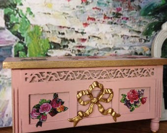 Dollhouse Miniature Vintage Shabby Chic Farmhouse Country Pink Blanket Chest Storage Trunk