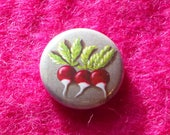 Petit badge  représentant 3 radis mesurant 25 mm