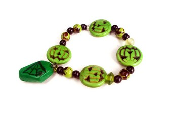 Green Charm Bracelet - Beaded Bracelet  - Stretch Bracelet- Jack-o-Lantern - Splatter Beads - Coffin Charm - Gothic Jewelry - Halloween