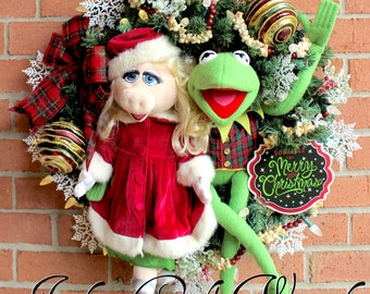 Kermit the Frog & Miss Piggy Merry Little Christmas Wreath, Large pre lit holiday wreath, popcorn and cranberry garland, Muppet Christmas