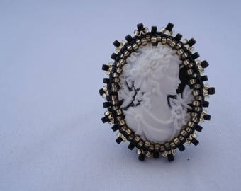 Woman cameo ring black and gold beads