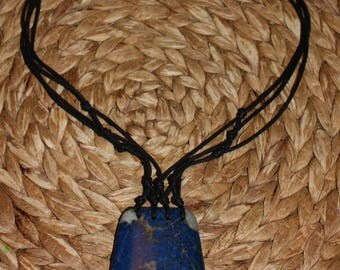 Necklace with natural lapis lazuli