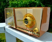 CARAMEL And Cream Mid Century Retro Vintage 1961 Motorola C18W Tube AM Clock Radio Beautiful and Tasty Looking!