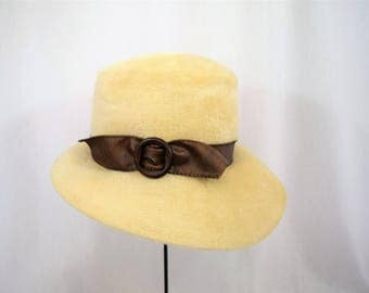 Vintage 1960s off white faux fur cloche bucket hat with pleather band and slide bow trim by Rozanne New York