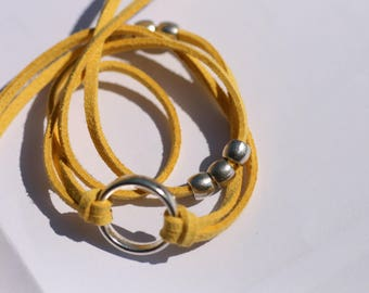 Three turns yellow Suede, ring and pearl bracelet silver