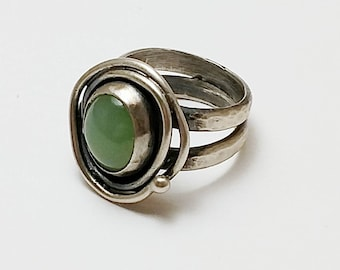 Siberian jade and Sterling Silver Woman's Ring, size 6-1/2.