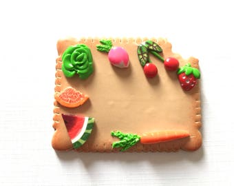 BADGE diététicienne, nutritionniste  Thème fruits légumes sur fond forme biscuit croqué
