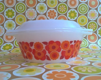 Mid Centuries Arcopal pyrex bowl with lid (Lotus)