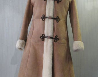 SOLD.Shirling Zarina anni 60.Tg.42-44/Amazing 60s beige shirling/Tsarina style/Brown frog fastenings/White fur/Cuffs/Size 8-10 US