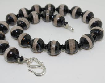 Necklace of natural multicoloured faceted agate beads interspersed with onyx beads