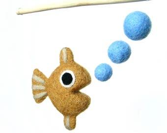 Mini mobile en laine feutrée. Poisson qui fait des bulles. Ocre. Par la poissonnerie