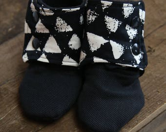 Black Baby Booties // Stay on Booties //  Crib Shoes // Soft Sole Shoes // Baby Gift // Baby Boy Gift // Hipster Baby Shoes // Modern baby