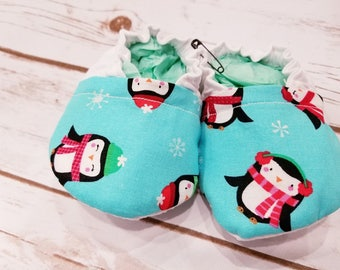Penguin baby booties, Penguin baby shoes, Christmas Baby Booties, Holiday Baby Booties, Baby crib shoes, baby shoes, baby booties