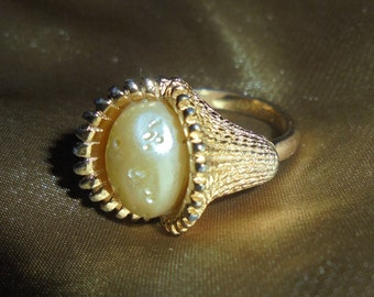 Vintage Sarah Coventry Fashion Parade Pearl in Shell Ring