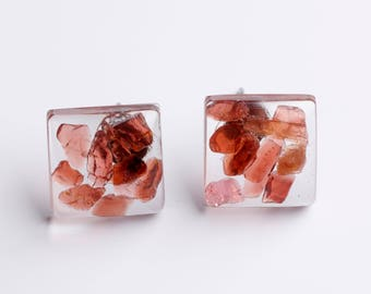 Resin lobe earrings with hard stones