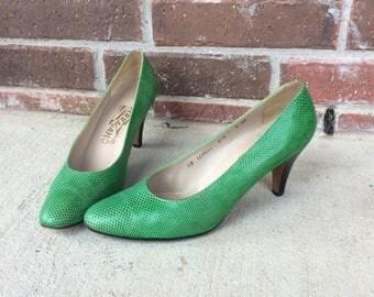 vtg 70s GRASS GREEN reptile FERRAGAMO Pumps 9 textured leather Italian heels shoes womens
