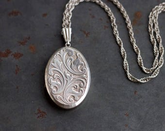 Vintage Oval Sterling Silver Photo Locket Necklace