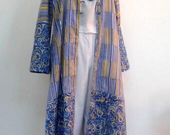 Grand manteau d'été ou tenue d 'intérieur en coton léger jaune safran, bleu et blanc.