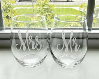 SET of Mr and Mrs Wine Glasses // Newlyweds // Wedding Gift // Gifts for her // Gifts for him