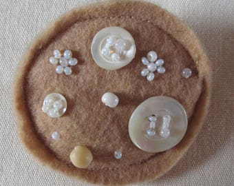 Round brooch beige felt buttons mother-of-Pearl/REF BRF5