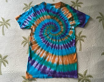 Tie dye spiral v-neck tshirt, size medium