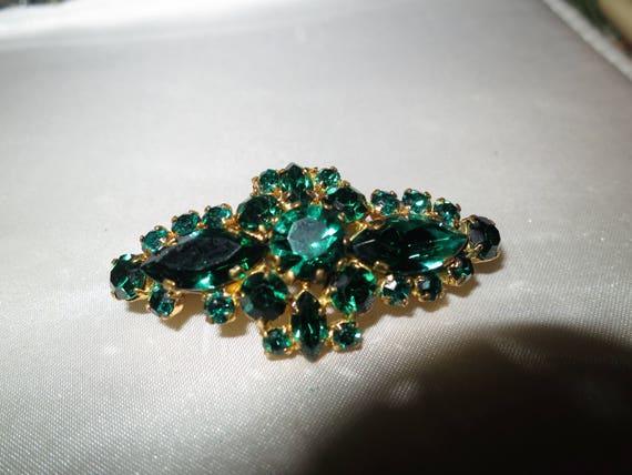 Lovely vintage goldtone emerald green glass   brooch