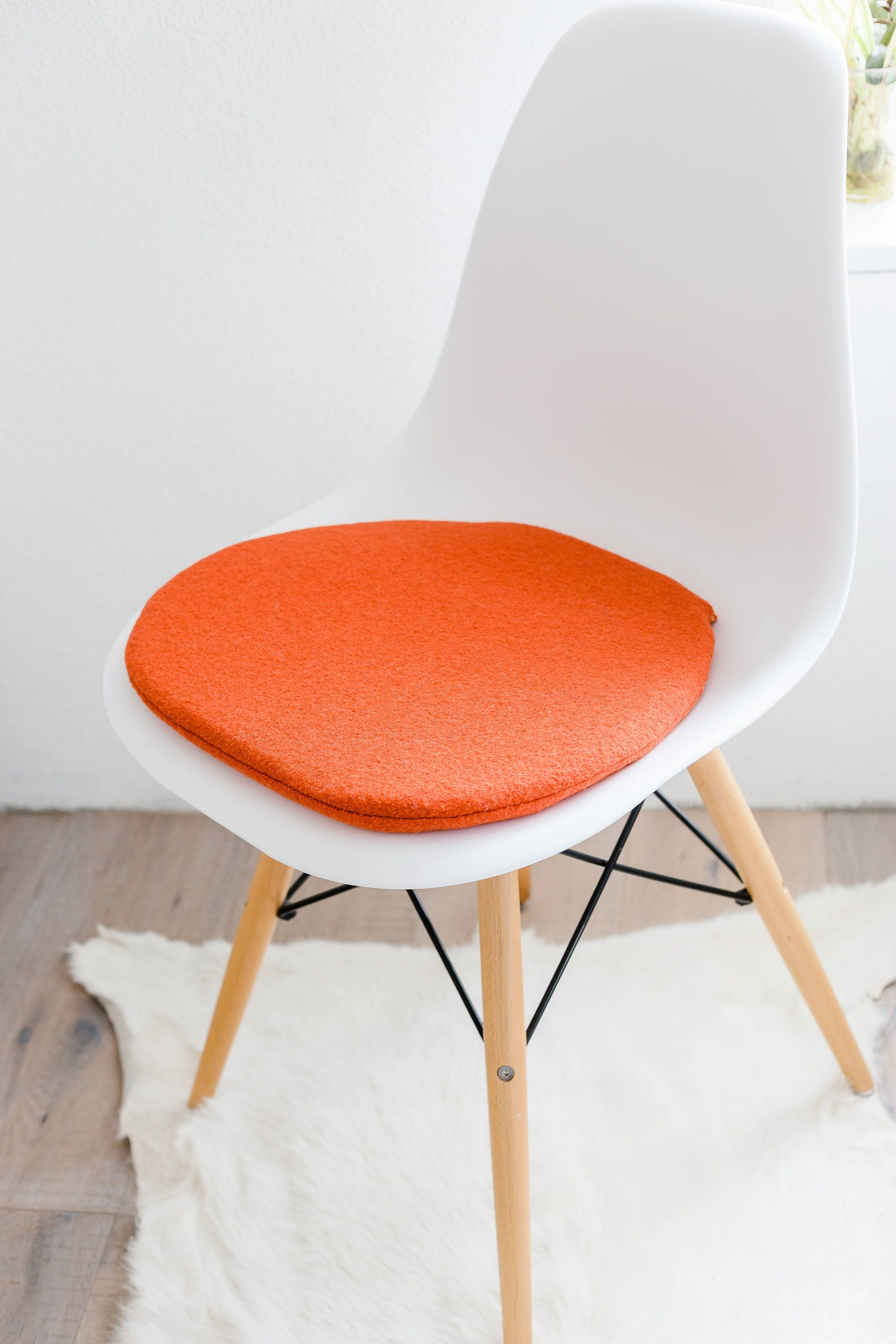 stuhlkissen in orange passend f r eames chair limitiert. Black Bedroom Furniture Sets. Home Design Ideas