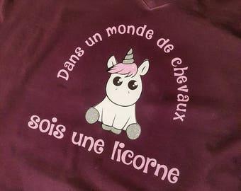 """T-shirt """"Dans un monde de chevaux sois une licorne"""""""