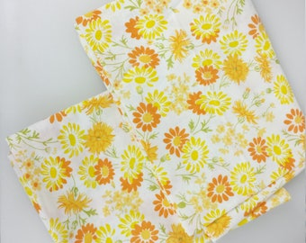 JC Penney Pair of Pillowcases Standard Daisy Dahlia Sun Flower Power Floral White with Yellow and Orange