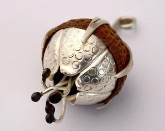 Flower with dots, silver/oak Capsule