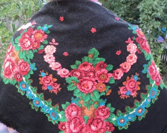Gorgeous ancient Russian floral shawls from the 90's, Russian style, woolen fringed scarf, black, floral pattern, red flowers, green leaves