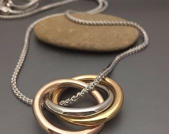 Tri coloured interlocking rings including chain