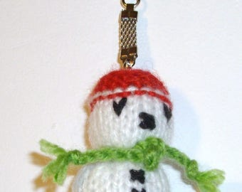 Key knit depicting a snowman Hat scarf red green