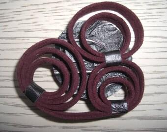 "leather brooch dark red ""rings"""