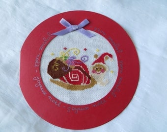 Hand embroidered card: Christmas snail - round card