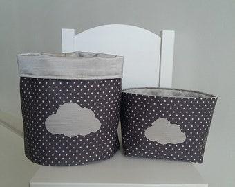 Lot de 2 paniers/corbeilles de rangement pour chambre bébé/enfant mixte en coton gris et beige satiné. Vide poche. Motif nuage.