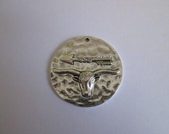 pendentif boeuf flèche en métal argenté 42 mm