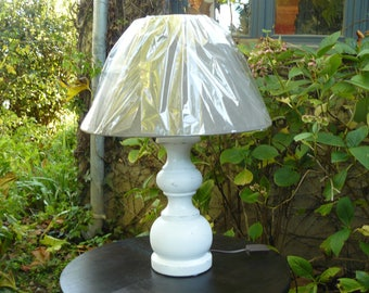 Table lamp at the foot of white weathered wood gray shade
