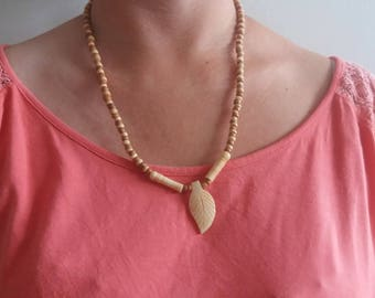 Long necklace in nature and wood beads