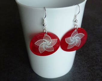 Red Pearl sequins and filigreed prints mounted on silver-plated hooks in silver stars earrings