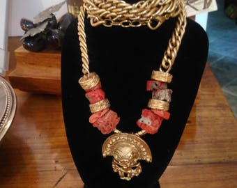 DEMI PARURE in CORAL and gold metal, Florence 1970, an Aztec/maya