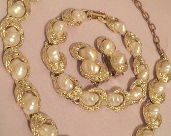 Beautiful Vintage Set / 16.5 inch Necklace / 7.5 inch Bracelet / Clip-on Earrings /Simulated Cultured Pearl Stones / Gold Tone / Unsigned