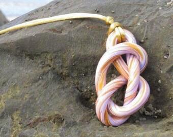 "Pendant ""Maravall knot"" mauve and gold."
