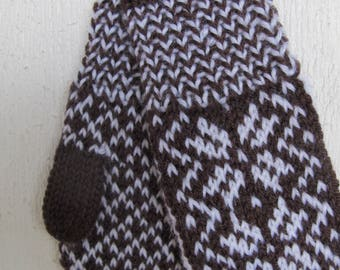 Handknitted norwegian mittens for children in brown and white
