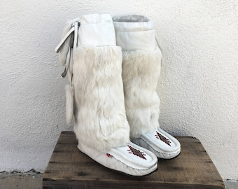 80s Rabbit Fur Moccasins Sheepskin Lined White Leather Beaded Flat Boots Ladies Size 8.5-9