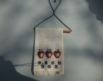 Vintage 1980s to 1990s Metal Wire Heart Hanger with Linen Towel Blue Checkers/Red Apples Wood Dowel Retro Country Home Decor Mini Kitchen