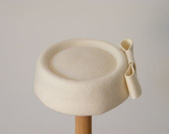 pillbox wedding hat / winter wedding hat/ Jackie O hat / white felt hat / Kate M pillbox hat/ Audrey Hepburn hat/ chapeau feutre mariée