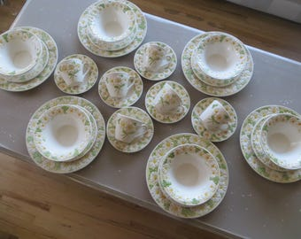 Vintage Metlox Poppytrail Serving for 6 Daisy Flowers Springtime Flowers Dinner Service Dinner Plates Place Settings