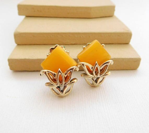 Vintage Butterscotch Yellow Thermoset Gold Tone Flower Clip On Earrings YY44
