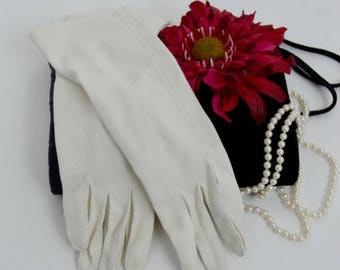 SUMMER SALE Vintage White Gloves - Cotton white forearm gloves - wedding accessory gloves - size small to medium